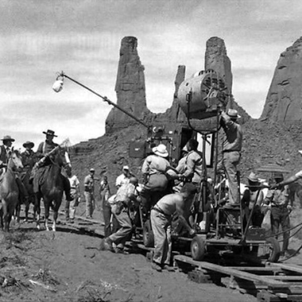 searchers_1956_foto_monument_valley_three_sisters_john_ford_directs_john_wayne_camera_dolly_aa_01_01a